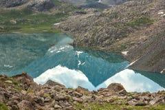 Refliction von felsigen Bergen Stockfoto