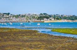 Reflujo del agua de la marea en Bretaña Fotos de archivo libres de regalías