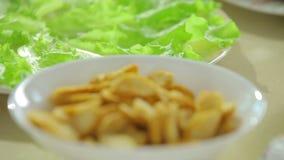 Refokussierung von Salat zu Cracker stock video