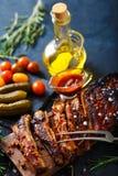 Reforços assados deliciosos temperados com um molho de aspersão picante e servidos com desbastado Fotos de Stock Royalty Free