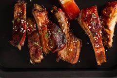 Reforços assados deliciosos temperados com um molho de aspersão picante perca-acima, copie o espaço fotografia de stock royalty free