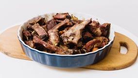 Reforços cozidos da carne com cenouras em uma grande placa na video estoque