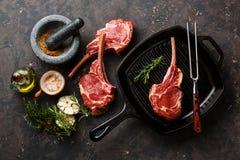 Reforços da vitela da carne crua na frigideira Fotos de Stock Royalty Free