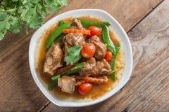 Reforços de carne de porco assados com molho e vegetal de soja Vista superior Foto de Stock Royalty Free