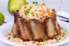 Reforços de carne de porco com arroz, cenoura, Paprika Pepper And Parsley imagem de stock royalty free