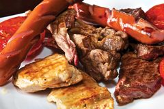 Reforços de carne de porco com grade do tomate e molho do Pesto Fotos de Stock