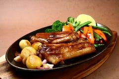 Reforços de carne de porco crepitantes Fotografia de Stock