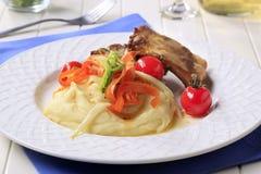 Reforços de carne de porco do assado e batata triturada Fotografia de Stock Royalty Free