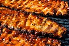 Reforços de carne de porco do BBQ na grade Imagem de Stock Royalty Free