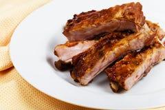 Reforços de carne de porco na placa branca Fotos de Stock Royalty Free