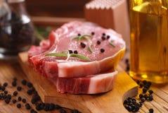 Reforços de carne de porco na placa de corte Imagens de Stock