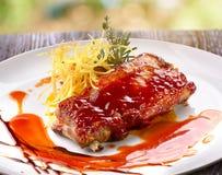 Reforços de carne de porco no molho de assado Imagem de Stock Royalty Free