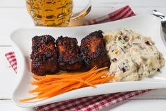 Reforços de carne de porco com salada, a cenoura e aipo americanos de batata Petisco da cerveja A vista da parte superior Cópia-e Imagens de Stock Royalty Free