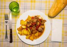 Reforços de carne de porco cozidos com molho e vegetal de soja foto de stock
