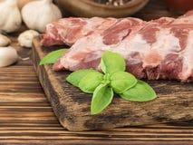 Reforços de carne de porco em uma tabela de madeira Imagem de Stock Royalty Free