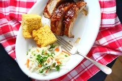 Reforços do BBQ no pano vermelho e branco imagem de stock