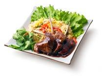 Reforços fritados da carne no molho com salada do arroz? Foto de Stock Royalty Free