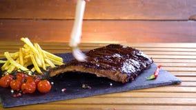 Reforços grelhados do BBQ na placa de pedra filme
