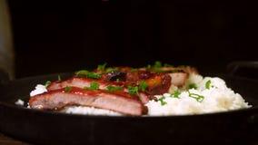 Refor?os de carne de porco Roasted com arroz Carne, molho imagens de stock royalty free