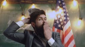 Reforma americana de la educación en la escuela en el 4 de julio presupuesto de educación americano con el hombre barbudo en la b metrajes