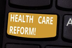 Reforma dos cuidados médicos do texto da escrita Rúbrica geral do significado do conceito usada discutindo a chave de teclado méd foto de stock