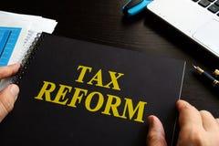 Reforma fiscal em uma mesa imagens de stock