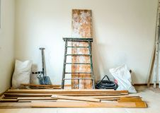 Reformer av inre i rum med den vita väggen och beståndsdelar av konstruktion royaltyfria bilder