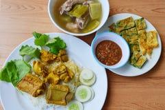 Reforço de carne de porco no caril amarelo no arroz com ovo frito e sopa Imagens de Stock