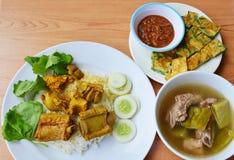 Reforço de carne de porco no caril amarelo no arroz com ovo frito e sopa Imagens de Stock Royalty Free