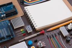 REFOULEZ l'éducation ou le kit électronique de DIY, le robot fait sur la base du contrôleur micro avec la variété de sonde et les Images stock