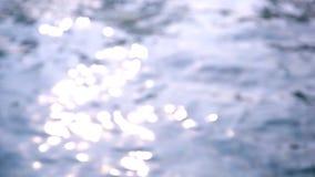 Refração da luz solar na água da piscina vídeos de arquivo