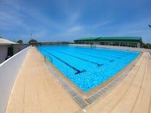Refração da luz solar na água da piscina no clube da natação - associação de água do plissado com céu azul fotografia de stock royalty free