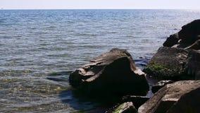 Refracción de la luz del sol en agua de mar metrajes