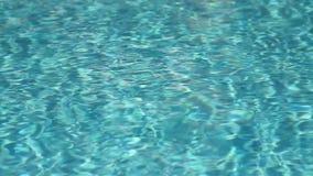 Refrakcja światło słoneczne w pływackiego basenu wodzie zbiory wideo