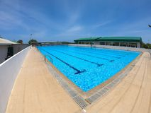 Refraktion av solljus i simbassängvatten i simningklubba - rufsa vattenpölen med blå himmel royaltyfri fotografi