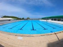 Refraktion av solljus i simbassängvatten i simningklubba - rufsa vattenpölen med blå himmel fotografering för bildbyråer
