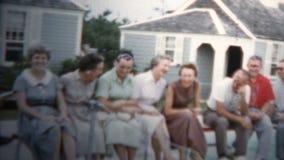 1959 - Refreinlijn het Schoppen van Familie stock videobeelden