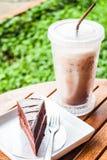 Refrescamento com o bolo frio do café e de chocolate imagens de stock