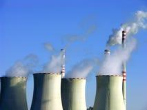 Refrescar-torre de la central eléctrica del carbón Fotografía de archivo libre de regalías
