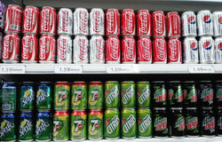 Refresco en estante del supermercado Imagen de archivo libre de regalías