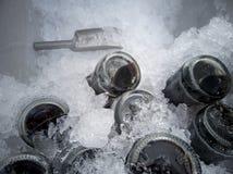 Refresco ou cola na cubeta de gelo para que beber extinga a sede imagem de stock