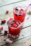 Refresco sano del verano Sangría de la cereza en vidrios con el berrie fotografía de archivo libre de regalías