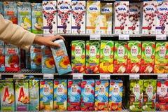 Refrescos en supermercado Imagen de archivo libre de regalías
