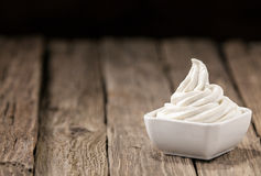Refreshing bowl of vanilla ice cream Royalty Free Stock Photos