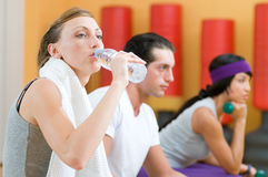 Refreshment during fitness exercises Royalty Free Stock Photos