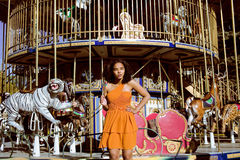 Refresque al adolescente real con el caramelo cerca de los carruseles en el parque de atracciones que camina, divirtiéndose Foto de archivo libre de regalías
