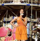 Refresque al adolescente real con el caramelo cerca de los carruseles en el PA de la diversión Fotos de archivo