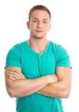Refresque al hombre rubio juguetón joven aislado en camisa verde Imagen de archivo libre de regalías