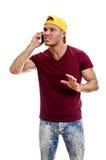 Refresque al individuo hermoso que habla en el teléfono móvil. Imágenes de archivo libres de regalías