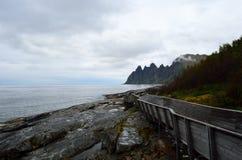 Refresque el puente de madera formado que lleva abajo al punto de visión para ver la montaña de Okshornan Fotos de archivo libres de regalías